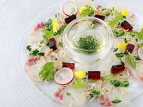 【夕食一例】鯛のカルパッチョ。絶妙に整えられたお醤油のジュレと一緒に。