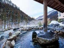 【露天風呂】一面の雪景色を望む源泉かけ流しの露天風呂