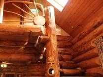 ログのレストラン(1階)から螺旋階段を上ると客室