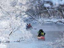 *冬/厳寒の中のカヌークルーズはまさに大人の楽しみ!雪と氷の世界をお楽しみください。