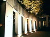 アート感覚の和風リゾート。そんな言葉がピッタリの外観と玄関