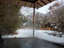 冬には野趣満点の雪見露天が楽しめる、四季の彩り豊かな露天風呂