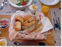自家製焼きたて天然酵母パンの朝食が人気