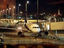レストラン窓側の席からは駐機する飛行機もご覧いただけます。