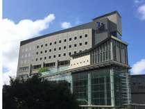青空の下、さいたま新都心より徒歩5分のアクセス便利な立地にある、ホテルブリランテ武蔵野