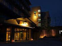 夜の景色に優雅に浮かび上がるホテル外観。たまには夜のお散歩もおつなもの。