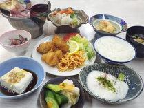 *【お夕食一例】ボリューム満足家庭料理!ご飯とお味噌汁はセルフで食べ放題♪