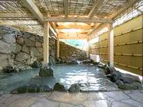 男湯・女湯にはそれぞれ3つの露天風呂があります。季節によって薬草湯などお風呂の内容が変わります。
