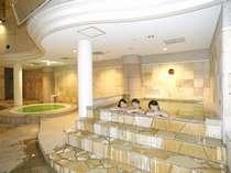 室内プール横では数種類のお風呂をお楽しみいただけます。※期間営業