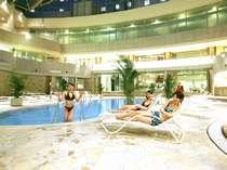 開放感あふれる 全天候型温水プール。周りにはジャグジー風呂も※期間営業