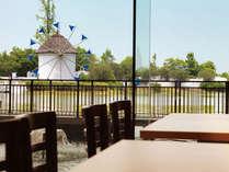 レストランからは風の道の風車が見えます
