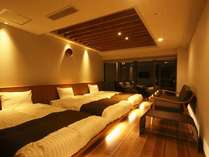 和モダンの客室。木の温もりと畳の安らぎを感じられる