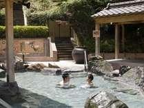 家族で楽しく露天風呂でワイワイ