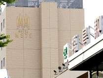 新幹線改札から東口方向へ進み、駅の正面玄関を出て右方向に進んでいただくとホテルがございます。