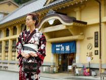 風情あふれる城崎温泉街をカランコロン♪そぞろ歩き。外湯めぐりの後は地元の幸をたっぷりと♪