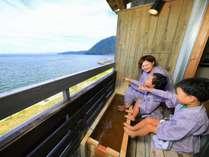 広大な海を眺めながら語らう時間。足湯付客室(一例)