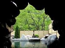 緑がまぶしい洞窟露天風呂
