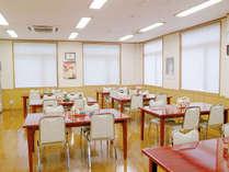 *【食堂】広々空間でお食事をお楽しみ下さいませ。