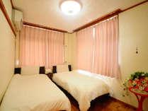 【洋室ツイン】ゆっくり安らげる雰囲気のベッドルーム
