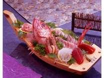 地魚の舟盛りの中には伊豆で獲れた魚介がたっぷり~