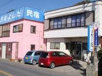 ピンクの建物が目印