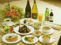 毎食手作り13品、100%魚沼産コシヒカリと炊き込みご飯、デザートも好評
