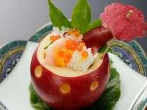 リンゴの器に入っている酢の物一例(季節で変更有)