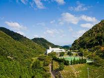 アクセスが簡単なのに、緑に囲まれた大自然を感じれる宿。コンビニまで車で10分。
