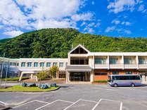 諭鶴羽山の山麓に佇む自然たっぷりの宿泊施設なのに、実は車ですぐに付いちゃいます。