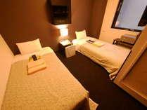 新館あすかのツインルーム。日本製最高峰ブランド「フランスベッド」にて心地よい眠りにいざないます。