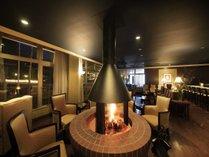【館内】Bar/こだわりの暖炉を囲んでゆったりと…