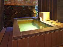 【温泉露天風呂付き客室】草津温泉の風を感じる露天風呂は湯畑源泉掛け流しの温泉。