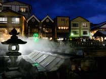 【外観・夜】湯畑目の前の好立地!温泉情緒漂う温泉街を満喫!