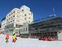 【外観】ホテルを出て目の前が、栂池高原スキー場の鐘の鳴る丘ゲレンデです。