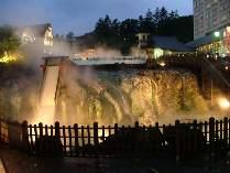 徒歩10分ほどで草津温泉の中心にある湯畑へ。今の季節は夜のライトアップ中散歩はいかがでしょう。
