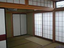 部屋は和室となっております。ご希望の方には食事を部屋出しにすることも可能です。