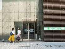 ホテル外観(徒歩:駅1分、コンビニ1分)