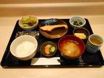 温かいお味噌汁と温かいご飯、そしてご飯のお供には博多辛子明太子。博多のおふくろ朝食を味わいませんか