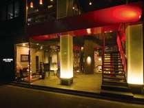 外観 夜 正面玄関 ホテルフロントは1階でお受け致します。