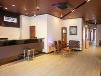 ホテルエントランスリニューアル!!明るく清潔感漂うフロントでお客様を笑顔でお迎え致します。