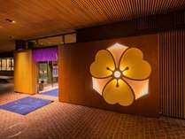 平成26年9月に玄関をリニューアルいたしました♪夕刻から家紋がライトアップ!!