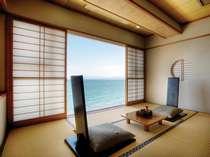【特別室Aタイプ】 特別室の一角に設けられたガラス張りの休憩スペース、一面に真っ青な海と空が広がる。