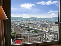 東海道新幹線などお部屋の窓からご覧いただけます!ホームには特急列車もたくさん入線(写真はイメージ)