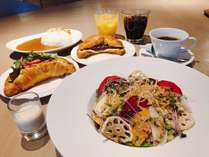メイン野菜たっぷりサラダにセレクトメニュー、ドリンクバーが付いた朝食「アナザーセット」