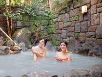 源泉掛け流しの白濁色の名湯を貸切露天風呂で独り占め