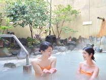 雲仙地獄から直接引いている温泉。白濁色のにごり湯は、お肌がモチモチに!