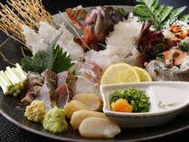 【海鮮グルメ会席】朝獲れの地魚の姿盛りと旬の魚の盛り合わせ。
