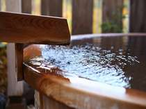 【貸切湯】湯船を贅沢に満たす自家源泉かけ流しの湯。柔らかな湯に身も心も癒されて。
