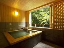 6階客室展望風呂。湯量豊富な源泉かけ流しの湯を、贅沢に独り占めできます。