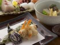 和食会席一例。旬素材の揚げたて天ぷらもご好評いただいております。
